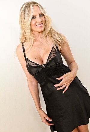 Cheerful blonde Soccer mom with gross bra buddies prefers to date younger males